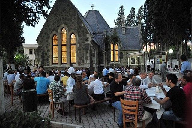 Kilisede iftar yemegi