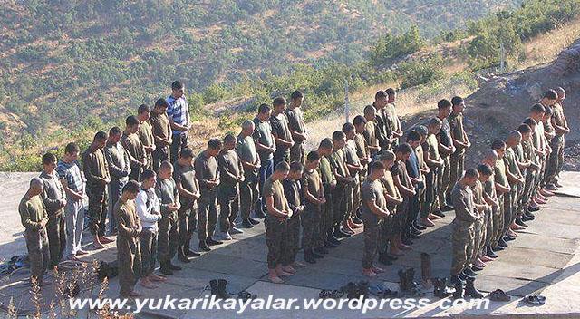 fatiha-i-serifeden-sonra-amin-demek-asker-namaz-kilarkencemeat-ile-namaz-duaasker-mehmetcik-namazcemaatle-namaz-kilan-turk-askeri-i277971-copy